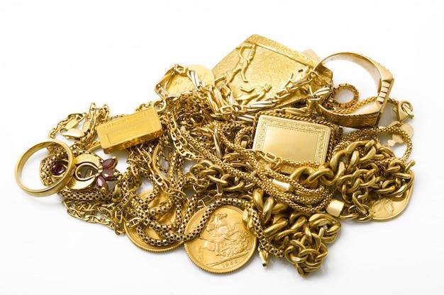 Przedmioty ze złota na białym tle