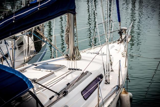 Przedni pokład jachtu