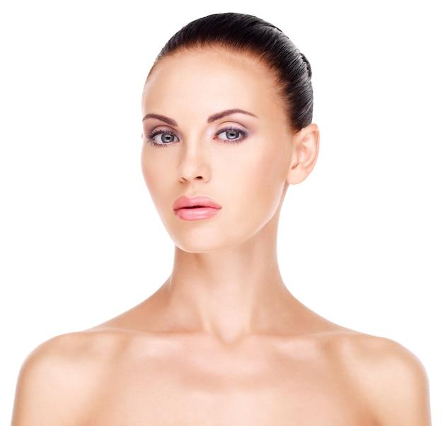 Przedni portret kobiety z piękną twarzą - na białym tle