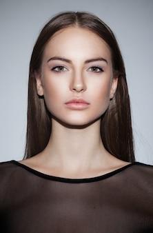 Przedni portret pięknej dziewczyny brunetka ubrana nago makijaż
