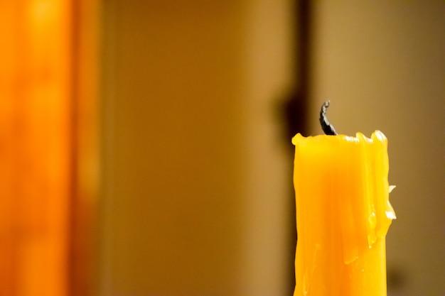 Przedni widok świecy żółtej gaśnie.