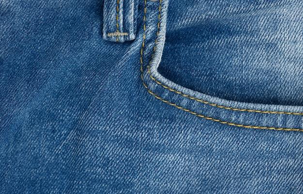 Przednia kieszeń z niebieskich klasycznych jeansów, pełna klatka, zbliżenie