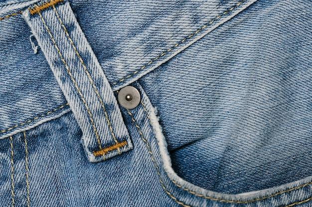 Przednia kieszeń z niebieskimi dżinsami z bliska