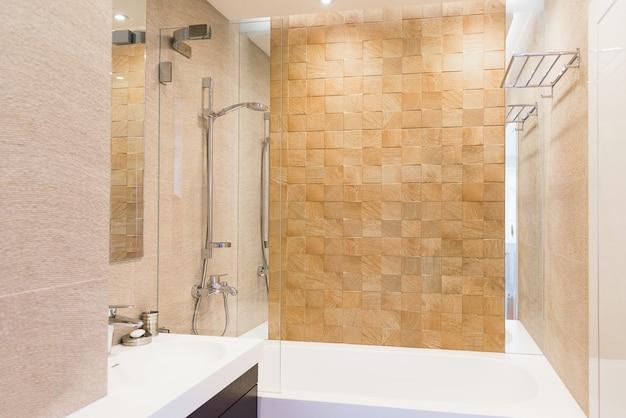 Przednia łazienka dla gości w ciepłych kolorach. motyw wnętrz i wzornictwa, higiena i czystość