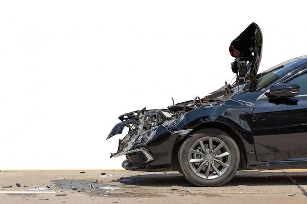 Przednia strona czarnego samochodu zostaje uszkodzona przez przypadek na drodze