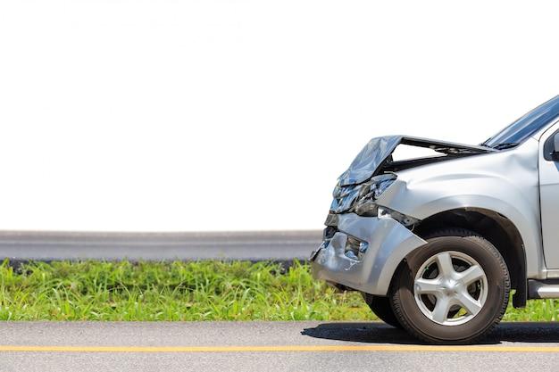Przednia strona srebrnego samochodu zostaje uszkodzona przez przypadek na drodze