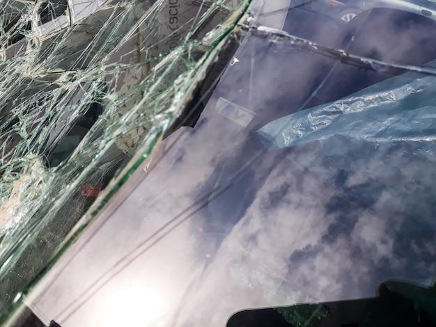 Przednia szyba samochodu zepsuta przez wypadek.
