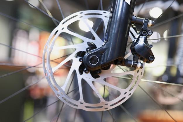 Przednie koło roweru górskiego z mechanicznym hamulcem tarczowym częścią hamulca koncepcji roweru górskiego
