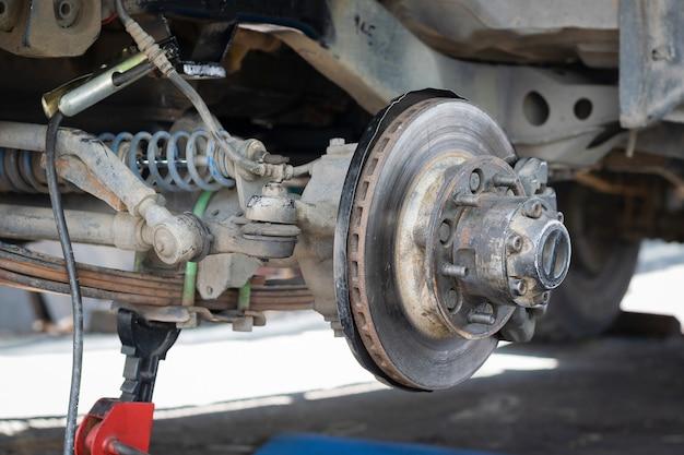 Przednie koło samochodu zostało usunięte, aby naprawić układ hamulcowy.