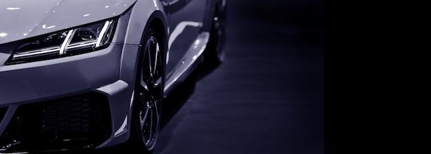 Przednie reflektory nowoczesny samochód sportowy czarno-biały na czarnym tle