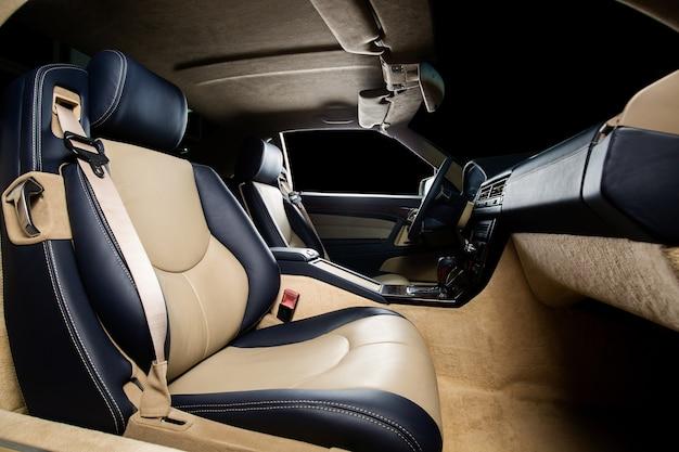 Przednie siedzenie samochodu z pasem bezpieczeństwa