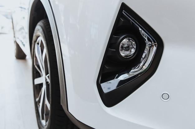 Przednie światła przeciwmgielne samochodu są białe. przedni widok.