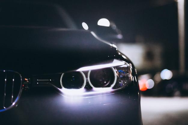 Przednie światła samochodu w nocy na drodze