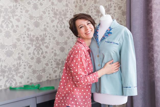 Przedsiębiorca handlu detalicznego, projektant mody w branży tekstylnej, projektujący nową kolekcję odzieży detalicznej