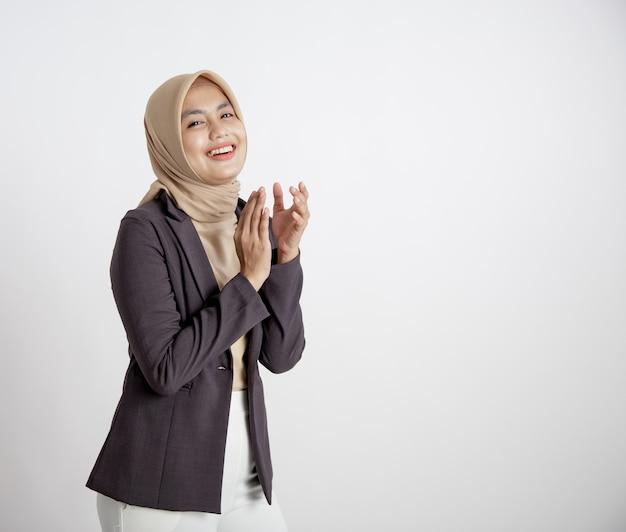 Przedsiębiorca kobieta ubrana w hidżab uśmiechnięty aplauz, koncepcja pracy biurowej na białym tle