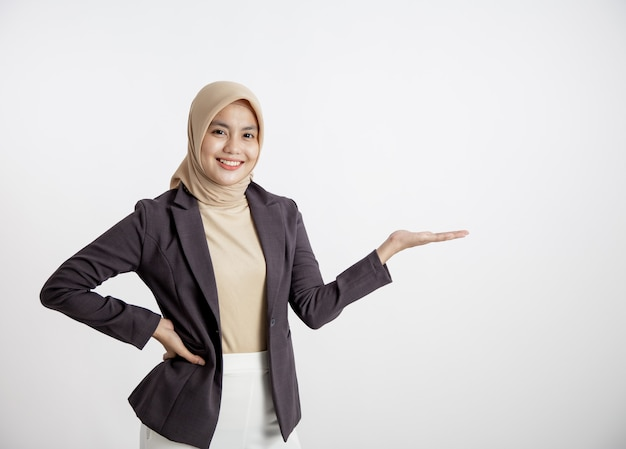 Przedsiębiorca kobieta ubrana w hidżab uśmiechnięty pokazując przestrzeń kopii, koncepcja pracy biurowej na białym tle