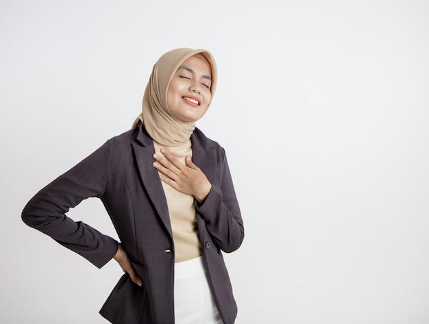 Przedsiębiorca kobieta ubrana w hidżab uśmiechnięty spokój zrelaksować wyrażenie, koncepcja pracy biurowej na białym tle