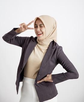 Przedsiębiorca kobieta ubrana w pozę uśmiech hidżabu, koncepcja pracy biurowej na białym tle