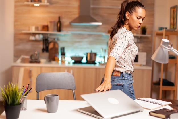 Przedsiębiorca kobieta zamykająca laptopa po zakończeniu projektu przed terminem w domu. pracownik korzystający z nowoczesnych technologii o północy wykonujący nadgodziny w pracy, firmie, zajętym, karierze, sieci, stylu życia, wi