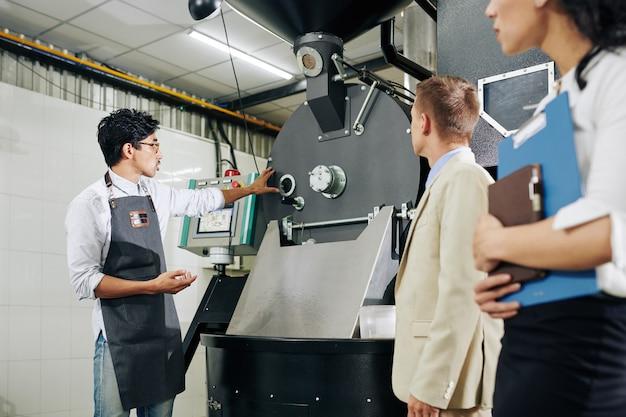 Przedsiębiorca pokazujący sprzęt inspektorom
