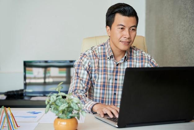 Przedsiębiorca pracujący na laptopie