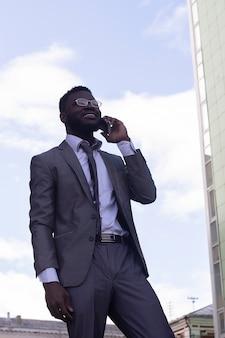 Przedsiębiorca rozmawia przez telefon komórkowy, schodząc po schodach