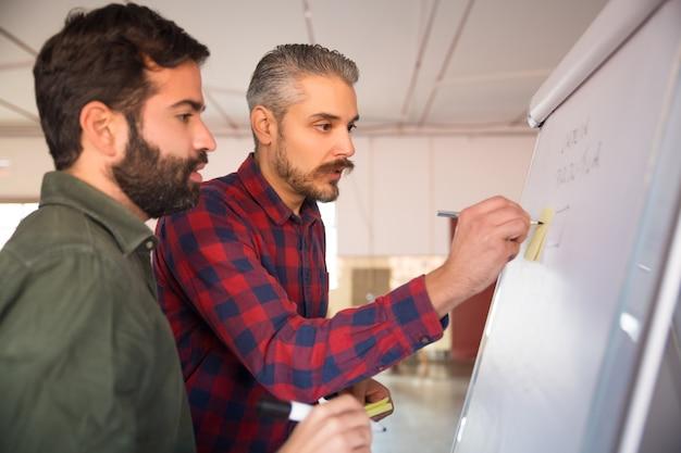 Przedsiębiorcy dzielący się pomysłami na projekt