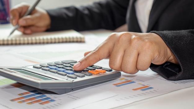 Przedsiębiorcy obliczają dochody i zyski z inwestycji, pomysły na budżety inwestycyjne i oszczędzają pieniądze w czasach spowolnienia gospodarczego.