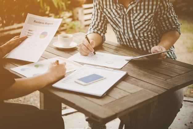 Przedsiębiorcy omawiają podczas spotkania z analizą.