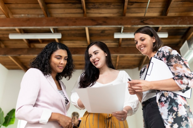 Przedsiębiorcy omawiają projekt w biurze