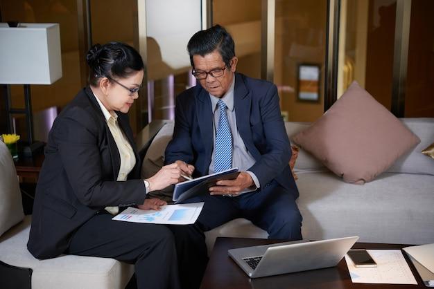 Przedsiębiorcy omawiający wyniki pracy