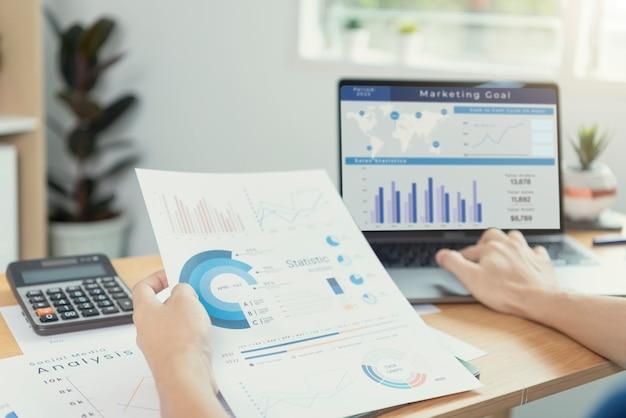 Przedsiębiorcy pracujący w finansach i księgowości analizuj budżet wykresów finansowych i planowanie przyszłości w pomieszczeniu biurowym.