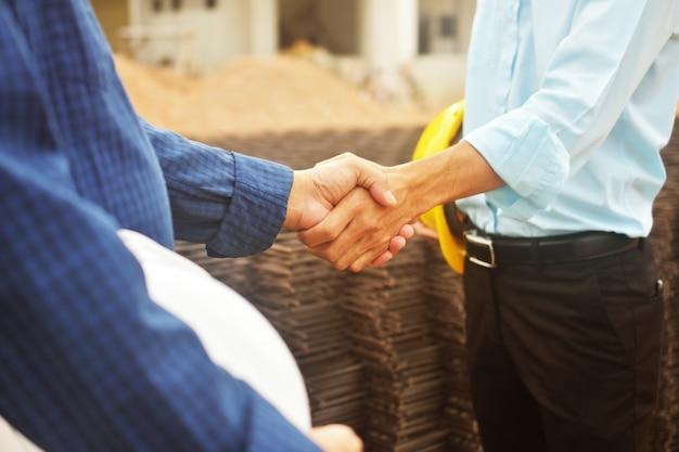 Przedsiębiorcy robią uścisk dłoni