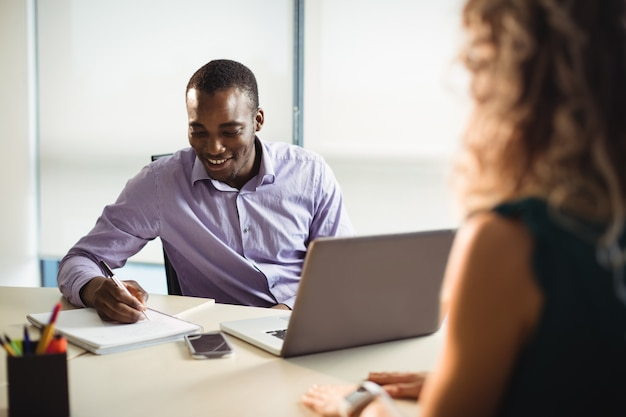 Przedsiębiorcy wchodzący w interakcje ze sobą
