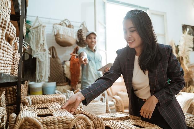 Przedsiębiorcze kobiety zbierają pudełka, a mężczyźni wymieniają przedmioty wśród przedmiotów rękodzieła w galerii rzemiosła