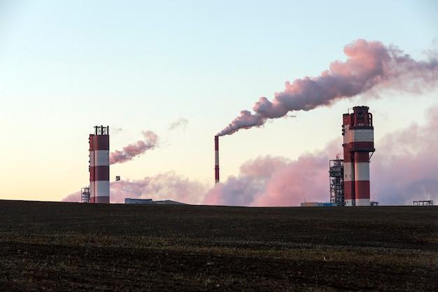 Przedsiębiorstwo robocze, jesień. zdjęcie zostało zrobione o wschodzie słońca, małej głębi ostrości