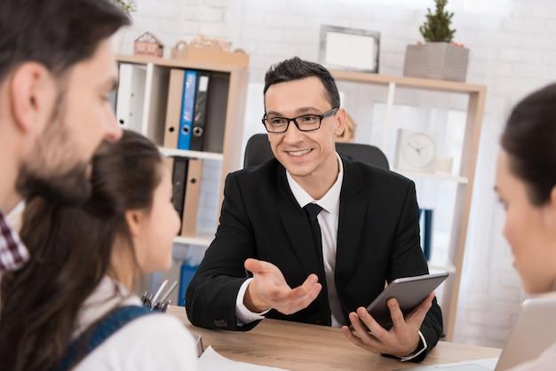 Przedstawiciel nieruchomości pomaga młodej rodzinie w domu.