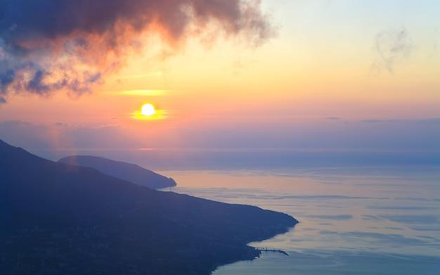 Przedświt krajobraz wybrzeża z góry aj-petri (krym, ukraina) i widok na miasto jalta.
