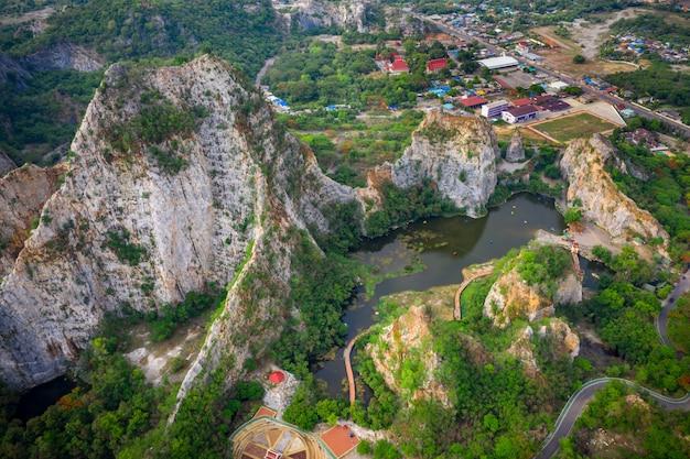 Przegląd lotniczy khao ngoo mountain rock lub snake mountain rock