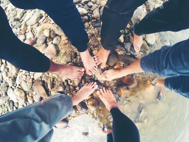 Przegląd nóg oznacza moc przyjaciela.