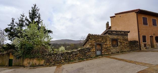 Przegląd starych domów w alei średniowiecznej wioski w pochmurny dzień. hiszpania.