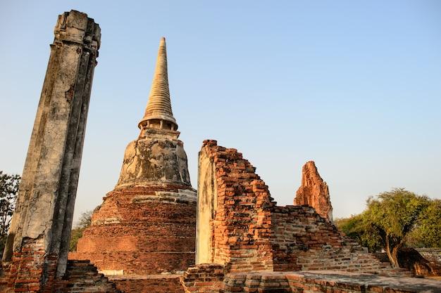 Przegląd świątyń ayutthaya w tajlandii. ruiny starożytnych ceglane ściany, stara pagoda.