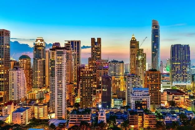 Przegląda handlowego nowożytnego budynek i kondominium w miasta w centrum bangkok tajlandia