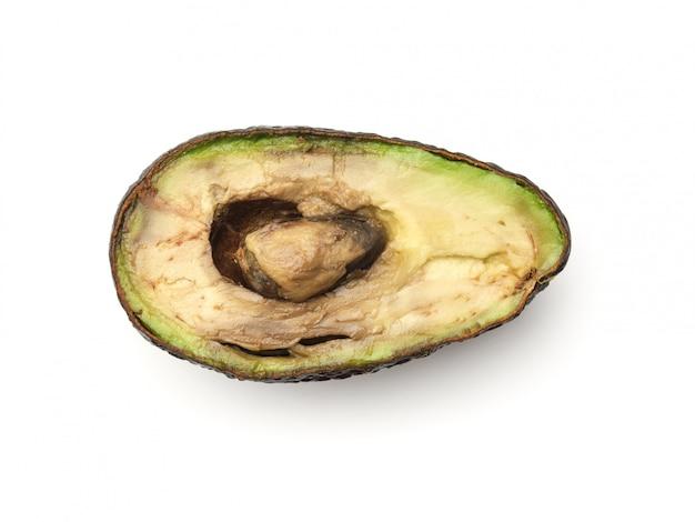 Przegniły przejrzały przekrawający avocado odizolowywający na bielu