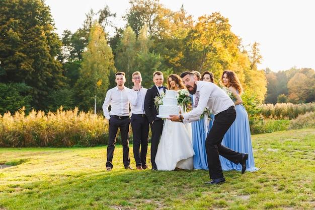 Przegrany upuszcza tort weselny podczas ceremonii ślubnej