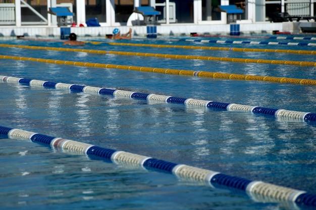 Przegrody ścieżek w dużym odkrytym basenie