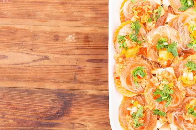 Przegrzebek gotowany na parze z makaronem czosnkowym i ryżowym