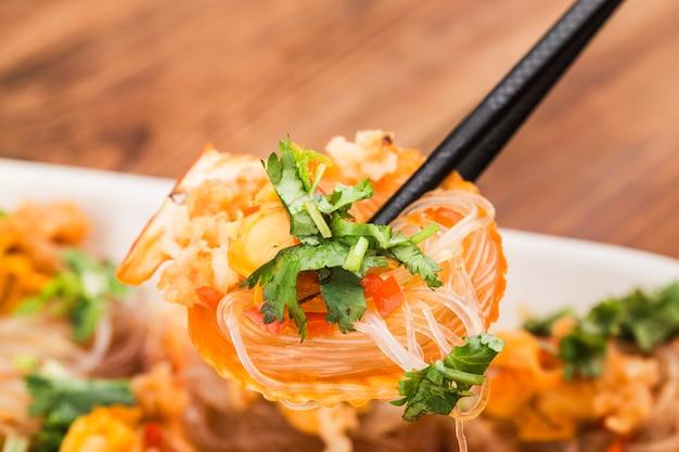 Przegrzebek na parze z makaronem czosnkowym i ryżowym