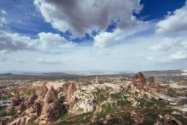 Przejrzyj unikalne formacje geologiczne w kapadocji w turcji. kappa