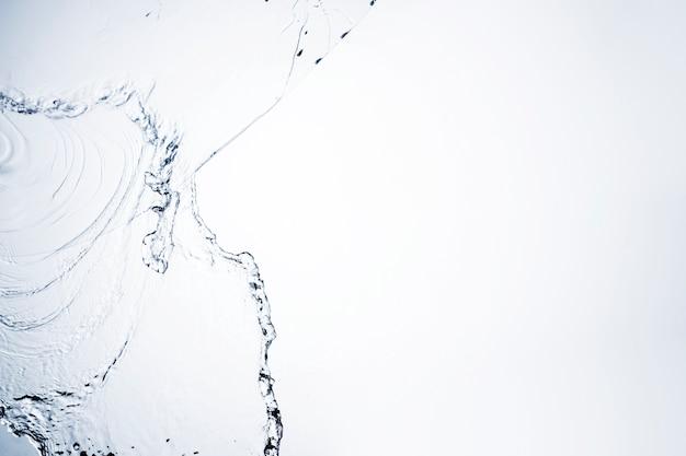 Przejrzysty ciekły kształta zakończenie na białym tle z kopii przestrzenią